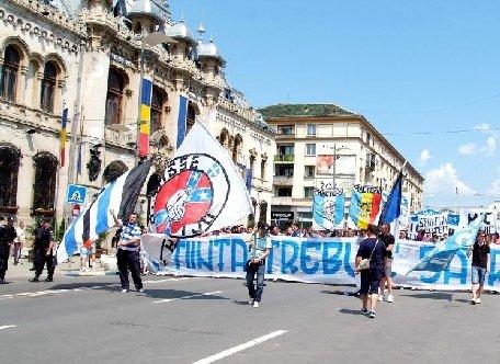 Incidente între suporterii Universităţii Craiova şi jandarmi, în Piaţa Victoriei