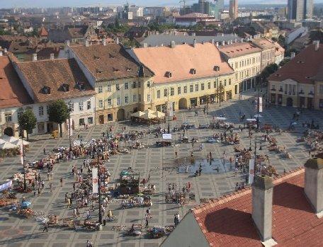 Sibiu. O mână de actori au făcut înviorarea de dimineaţă în Piaţa Mare din oraş