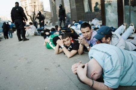 IMAGINI ŞOCANTE de la violenţele de sâmbătă, din Piaţa Victoriei: Jandarmii şi suporterii se acuză reciproc
