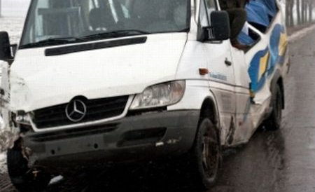 Microbuz răsturnat pe DN 1B, în Buzău. 10 persoane, între care 7 copii, au fost rănite în accident