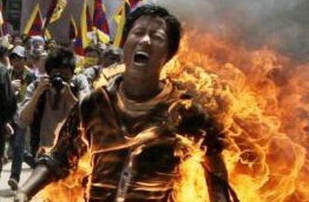 Imagini ŞOCANTE. Un tibetan şi-a dat foc în timpul unui protest