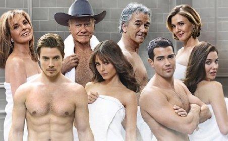 Fotografia de promovare a noului serial Dallas. Membrii clanului Ewing, de-abia ieşiti de sub duş