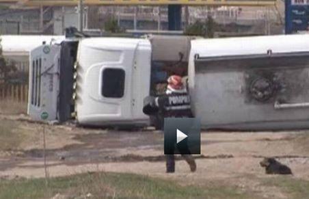 Pericol de explozie la Buzău. O cisternă încărcată cu combustibil s-a răsturnat în apropierea unei benzinării