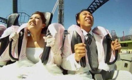 Şi-au jurat credinţă veşnică la peste 100 km/h, în cel mai abrupt rollercoaster din lume