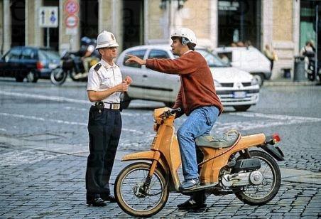 Poliţistul care a amendat un conducător de moped pentru că nu purta centura de siguranţă, cercetat pe Poliţia Ilfov