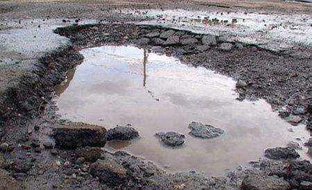Bilanţul care arată dezastrul de pe şosele. Peste 800.000 de metri pătraţi de gropi, pe autostrăzile şi drumurile naţionale
