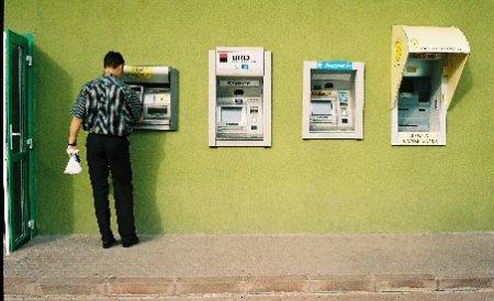 """Operaţiunea """"rigla"""". Hoţii de bancomate au o metodă iscusită de a vă fura banii din aparat"""
