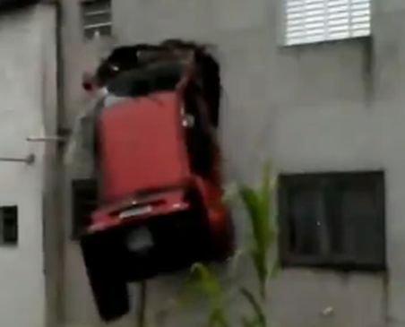 Un şofer din Brazilia a intrat cu maşina într-un apartament de la etaj