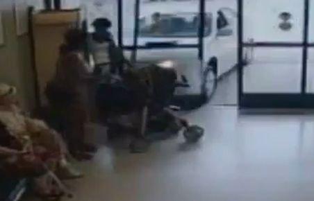 Zece persoane din Statele Unite au fost rănite după ce o pensionară a intrat cu maşina într-un magazin