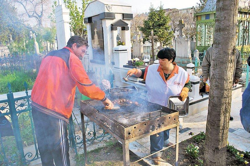 Căldărarii din Paşcani îşi pomenesc morţii cu mesele întinse în cimitir