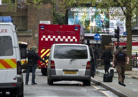 Un bărbat din Londra a paralizat un cartier întreg după ce s-a blocat înarmat într-o clădire