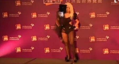 Sosiile cântăreţei Lady Gaga au defilat în costume extravagante pe un podium improvizat din Hong Kong