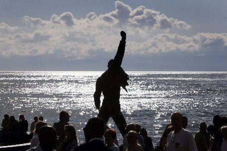 """O iluzie optică îl reînvie pe Freddie Mercury. Solistul Queen, în concertul aniversar """"We will rock you"""""""