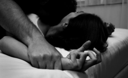 Un bărbat din Tulcea, trimis în judecată pentru violarea fiicei soţiei sale