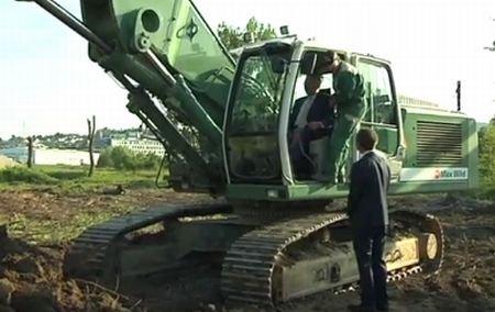 Un politician german s-a răsturnat cu excavatorul în timpul unei inaugurări. Oficialul a fost rănit uşor