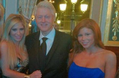 Bill Clinton a comis-o din nou! S-a pozat cu două staruri porno la braţ