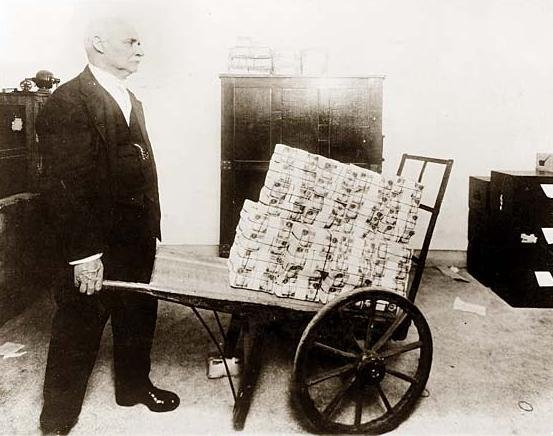 Mergeau cu roaba plină de bani să îşi cumpere o sticlă de bere. Hiperinflaţia, un fenomen care a îngrozit lumea 442