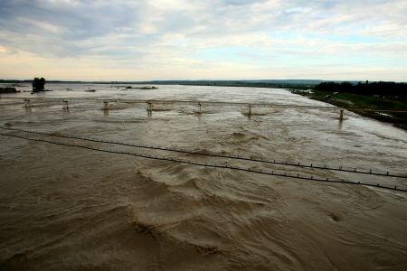 Potopul a făcut ravagii în ţară. Localităţi fără curent electric, gospodării inundate şi culturi distruse