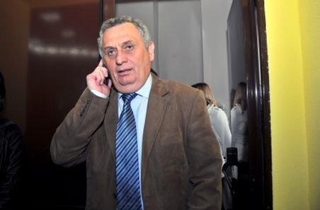 """Candidat PDL la şefia CJ Sibiu, caricaturist de ocazie. """"Opera"""" sa a supărat însă BEJ care a declarat afişele nelegale"""