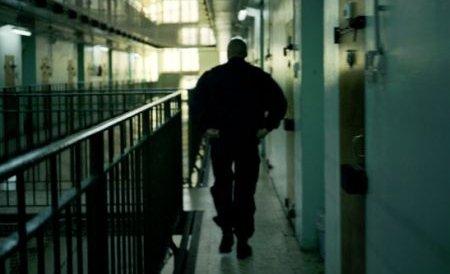 Un agent şef de la Penitenciarul Brăila a fost prins încercând să introducă telefoane mobile în unitate