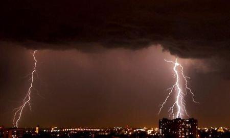 Furtunile au măturat nord-vestul României. Ploile torenţiale au inundat casele, drumurile au fost blocate