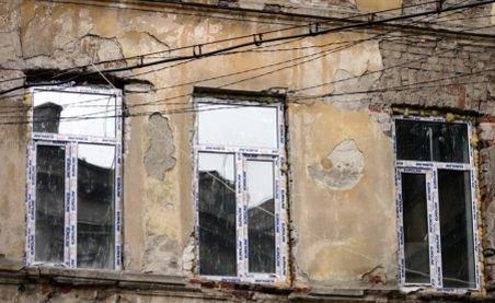 O singură clădire cu risc seismic, refăcută în două luni. Mii de imobile stau să cadă la primul cutremur mare