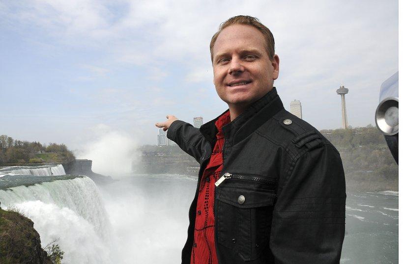 Acrobaţie uluitoare deasupra Niagarei. Nik Wallenda este primul om care traversează PE SÂRMĂ cascada