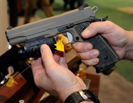 De ce nu i-a fost ridicat dreptul de port armă lui Năstase, în momentul când a fost pus sub urmărire penală