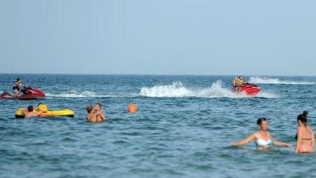 Peste 40.000 de turişti, pe litoral. Comercianţii au făcut profit în câteva ore cât pentru o săptămână