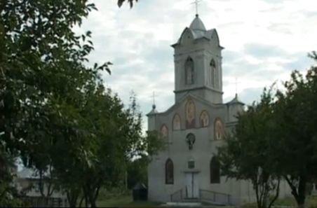 Scandal monstru la o biserică din Bacău. Vechiul preot a fost gonit din parohie, iar oamenii n-au intrat la slujba ţinută de cel nou