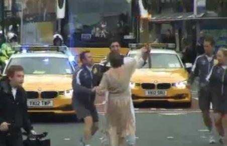 O italiancă a încercat să atingă torţa olimpică purtată de românul Dan Alexandru Dumitru prin oraşul Leeds