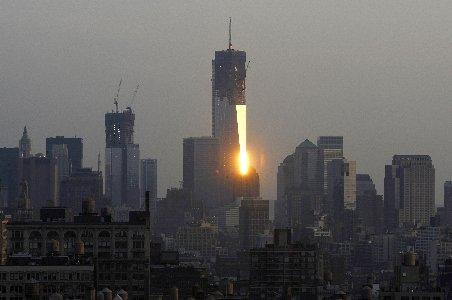 """New Yorkul pune ultima grindă la """"Freedom Tower"""". Va fi inaugurat în 2013 pe locul atentatelor de la 11 septembrie"""