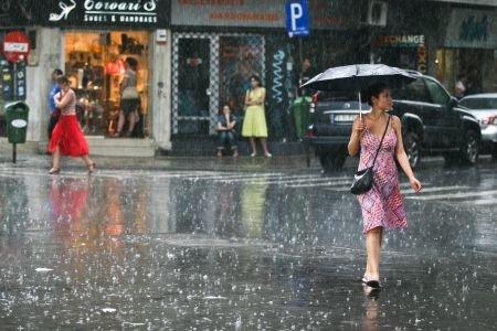 Veşti proaste pentru cei care pleacă în concediu. Veţi avea nevoie de haine groase şi umbrele!