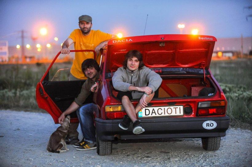 """Cu Dacia până-n Mongolia. Trei români, în raliul vieţii lor: """"Suntem români, suntem dacioţi"""""""