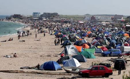 """Preţurile pe litoral """"ard"""" la buzunar, de sâmbătă. Cazarea se scumpeşte cu 20%"""