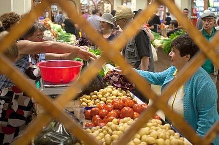 Canicula ieftinește legumele și fructele. Comercianții au redus prețurile la jumătate