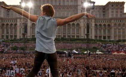 """Dovada că lui Bon Jovi i-a plăcut România. Fotografia făcută în Piaţa Constituţiei a primit zeci de mii de """"like-uri"""""""