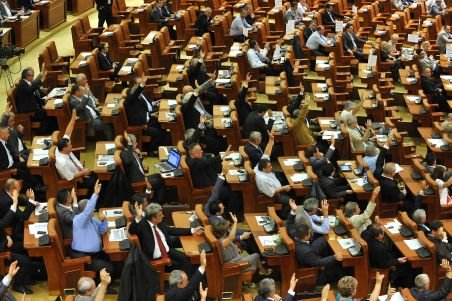 România, sub lupa UE. Doi eurodeputaţi cer CE să analizeze evoluţia politică de la Bucureşti