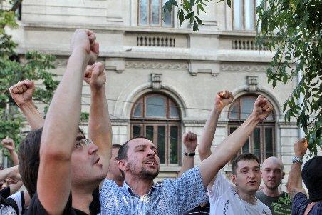 Miting anti-Băsescu în Piaţa Universităţii. Peste 300 de protestatari cer demisia lui Băsescu