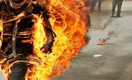 I-a dat foc amicului său pentru că mirosea urât. Cu aşa prieteni, mai ai nevoie de duşmani?
