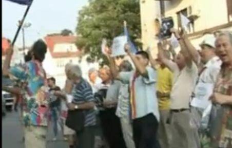"""Protest în faţa sediului de campanie al lui Băsescu: """"Dacă te ţine, baie de mulţime"""""""