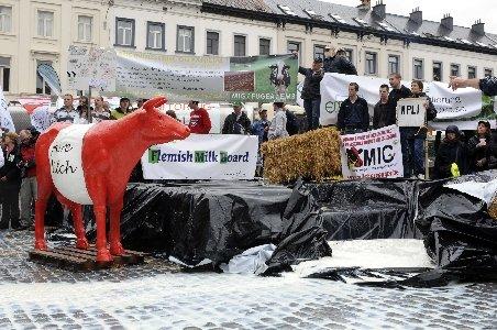 Protest inedit al fermierilor la Bruxelles. Au defilat cu tractoarele şi au vărsat lapte pe trotuar