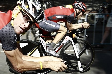 Trei colaboratori apropiaţi ai lui Lance Armstrong, suspendaţi pe viaţă