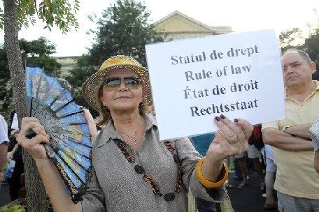 Bucureşti. Circa 300 de persoane participă la un miting anti-Băsescu, în Piaţa Victoriei