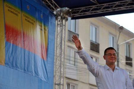 """Fostul premier Ungureanu, huiduit în Arad: """"MeReU trădător"""", """"MRU, nu te vrem!"""""""
