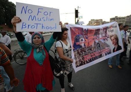 """Hillary Clinton, """"bombardată"""" cu pantofi şi roşii, în Egipt. Manifestanţii au scandat """"Monica, Monica"""""""