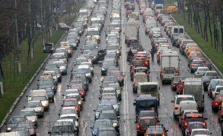 Cozi kilometrice s-au format la intrarea în Bucureşti. A confundat şoseaua cu poligonul şi maşinile din trafic cu jaloanele