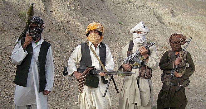 Talibanii au distrus două convoaie cu combustibil destinate forţelor NATO din Afganistan