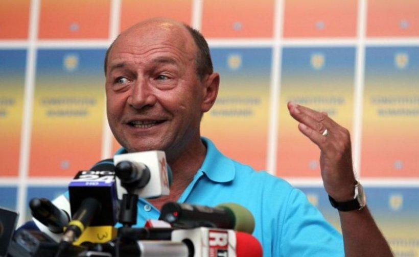 Traian Băsescu îşi face campanie folosind ilegal Constituţia României. PNL a depus o sesizare la Biroul Central Electoral