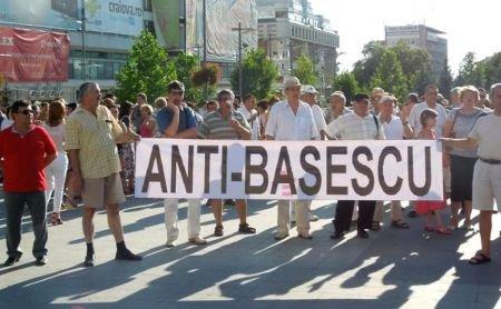Un manifestant anti-Băsescu a fost bruscat de jandarmi. Omul a fost târât pe trotuar
